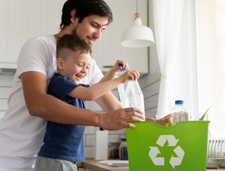 Foto de pai e filho guardando garrafas de plástico em uma sacola verde, estampada com o símbolo de reciclagem, um exemplo de aplicação de logística reversa.
